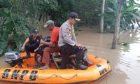 Kapolres Lamtim Evakuasi Korban Banjir Di Desa Buana Sakti