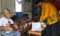 Sambangi Warga, Wakil Walikota Metro Berikan Bantuan Sembako