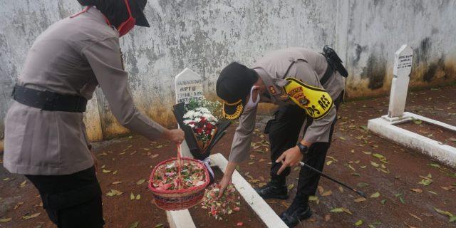 Kapolres Lamtim Pimpin Tabur Bunga Di TMP Darma Nusantara