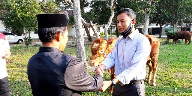 Polres Lamtim Bagikan Daging Qurban Kerumah Rumah Warga