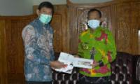 Bank Indonesia Serahkan Uang Pecahan Rp 75 Ribu kepada Walikota Metro